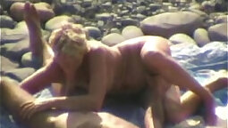 Amateur oral sex on the beach