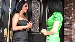 Chicas pleasing latina shemale cum while jogging